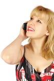 De jonge vrouw spreekt een mobiele telefoon Stock Foto's