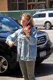 De jonge vrouw status op stoep die de viool, Saratoga spelen springt, New York, 2016 op Royalty-vrije Stock Fotografie
