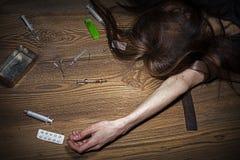 De jonge vrouw stelt als drugverslaafde royalty-vrije stock fotografie