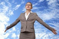 De jonge vrouw stijgt in de hemel op Royalty-vrije Stock Afbeelding