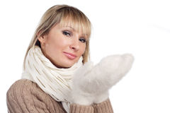 De jonge vrouw in sweater wollen vuisthandschoensweater Royalty-vrije Stock Afbeeldingen