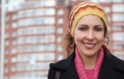 De jonge vrouw tegen veel-storeyed de bouw Royalty-vrije Stock Foto's