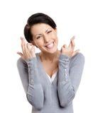 De jonge vrouw toont gekruiste vingers Royalty-vrije Stock Foto's