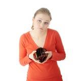 De jonge vrouw toont lege portefeuille royalty-vrije stock foto's