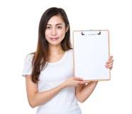 De jonge vrouw toont met dossier Stock Afbeeldingen