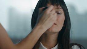De jonge vrouw toont tong stock footage
