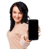 De jonge vrouw toont vertoning van mobiele celtelefoon met het zwarte scherm Royalty-vrije Stock Foto