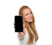 De jonge vrouw toont vertoning van mobiele celtelefoon met het zwarte scherm Royalty-vrije Stock Afbeelding