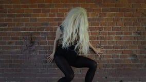 De jonge Vrouw van de Blonde in Zwarte Kleding stock videobeelden
