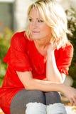 De jonge Vrouw van de Blonde in Aard Stock Foto