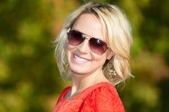De jonge Vrouw van de Blonde in Aard Stock Fotografie