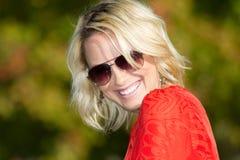 De jonge Vrouw van de Blonde in Aard Stock Afbeelding