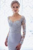 De jonge vrouw van de blondebruid in een lichtblauwe huwelijkskleding Royalty-vrije Stock Foto
