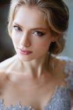 De jonge vrouw van de blondebruid in een lichtblauwe huwelijkskleding Royalty-vrije Stock Afbeelding