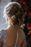 De jonge vrouw van de blondebruid in een lichtblauwe huwelijkskleding Royalty-vrije Stock Afbeeldingen