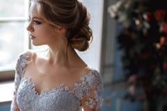 De jonge vrouw van de blondebruid in een lichtblauwe huwelijkskleding Royalty-vrije Stock Fotografie