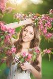 De jonge vrouw van de de lentemanier in de Lente Summertim van de de lentetuin Royalty-vrije Stock Foto