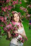 De jonge vrouw van de de lentemanier in de Lente Summertim van de de lentetuin Royalty-vrije Stock Afbeelding
