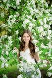 De jonge vrouw van de de lentemanier in de Lente Summertim van de de lentetuin Royalty-vrije Stock Foto's