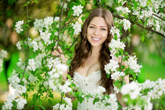 De jonge vrouw van de de lentemanier in de Lente Summertim van de de lentetuin Stock Foto's
