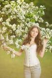 De jonge vrouw van de de lentemanier in de Lente Summertim van de de lentetuin Royalty-vrije Stock Fotografie