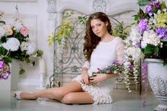 De jonge vrouw van de de lentemanier in het uitstekende binnenland van de lentelux Sprin Stock Afbeeldingen