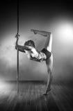 De jonge vrouw van de pooldans Royalty-vrije Stock Afbeelding