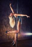De jonge vrouw van de pooldans Stock Fotografie