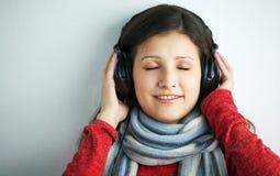 De jonge vrouw van de schoonheid met hoofdtelefoons Stock Foto