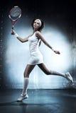 De jonge vrouw van de tennisspeler Stock Foto's