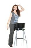 De jonge vrouw van de uitdrukking op stoel Royalty-vrije Stock Foto