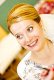 De jonge vrouw van het glimlachblonde royalty-vrije stock afbeeldingen