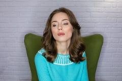 De jonge vrouw van het studioportret met het effect van de ringsflits royalty-vrije stock afbeeldingen