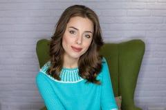 De jonge vrouw van het studioportret met het effect van de ringsflits royalty-vrije stock foto's