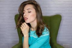 De jonge vrouw van het studioportret met het effect van de ringsflits stock foto's