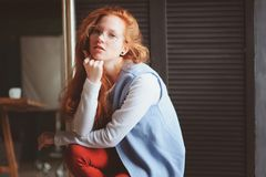 De jonge vrouw van de hipsterstudent of creatieve freelance ontwerper op het werk Ochtend in huisbureau of kunststudio stock afbeeldingen