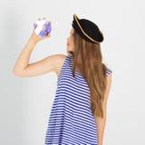 De jonge vrouw van Nice met piraatcd of dvd schijf stock foto