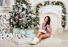 De jonge vrouw van schoonheids glimlachende santa dichtbij Stock Foto