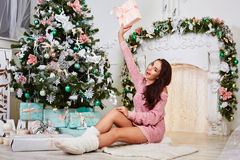 De jonge vrouw van schoonheids glimlachende santa dichtbij Stock Afbeelding