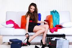 De jonge vrouw van Shopaholic Stock Foto's