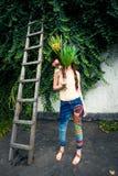 De jonge vrouw van de de zomermanier met in de jeans en bouqu van de hippiestijl stock foto's
