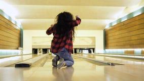 De jonge vrouw verheugt zich haar mislukking tijdens het werpen van kegelenbal stock videobeelden