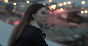 De jonge vrouw verheugt zich op avondstad scape stock footage