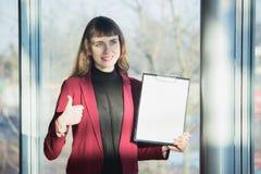 De jonge vrouw verkoopt de auto royalty-vrije stock foto