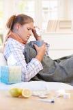 De jonge vrouw ving koude thuis genezend Stock Foto's