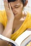 De jonge vrouw voelt duizelig tijdens ernstige lezing Royalty-vrije Stock Foto's