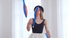 De jonge vrouw voert circus het jongleren met uit stock videobeelden