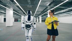 De jonge vrouw vordert en schakelt een cyborg stock footage