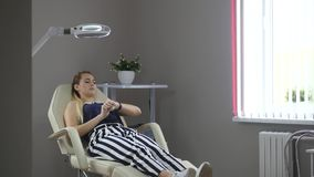 De jonge vrouw wacht op de arts stock footage