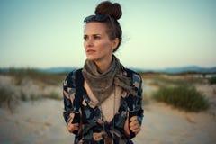 De jonge vrouw in wandeling kleedt in openlucht het onderzoeken van afstand royalty-vrije stock afbeeldingen